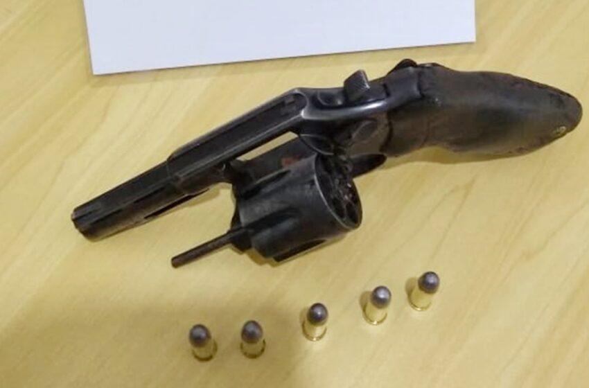 Preso em Goioxim, homem que estava com arma de fogo em seu veículo D.20
