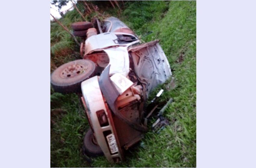Homem morre após tombar a camionete com tanque de leite em Palmital