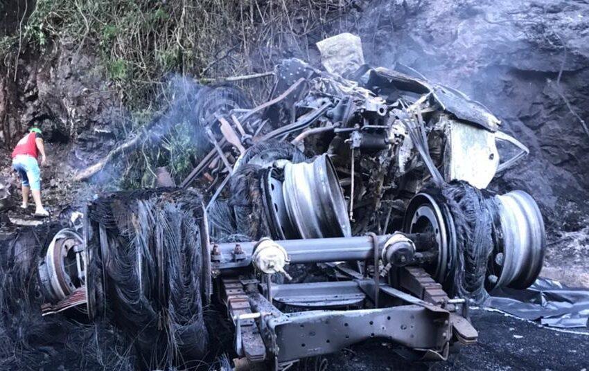 Motorista morre carbonizado após carreta tombar e pegar fogo próximo a Iretama