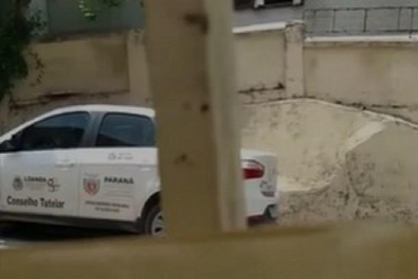 Carro do Conselho Tutelar de Loanda é flagrado na praia de Piçarras em Santa Catarina