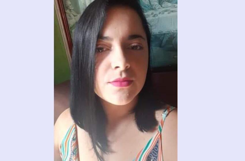 Familiares procuram por esta moça que está desaparecida