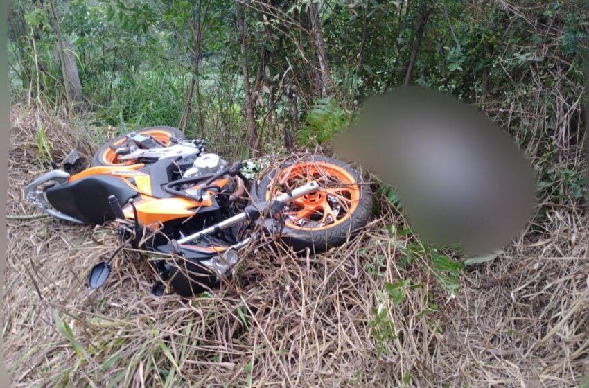 Motoqueiro de 46 anos sem CNH, sofre acidente e morre no interior de Turvo. A moto foi recolhida por conter débitos e suspeita de adulteração