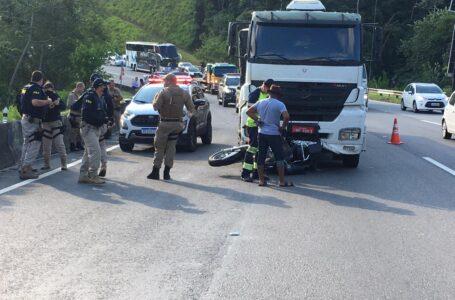 Caminhoneiro bate em moto e carrega motociclista por 32 quilômetros pela BR-101