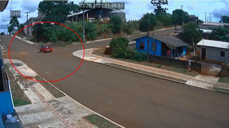 Imagens revelam o impacto entre uma Moto e um Corsa em Pitanga. Homem de 23 anos teve ferimentos leves