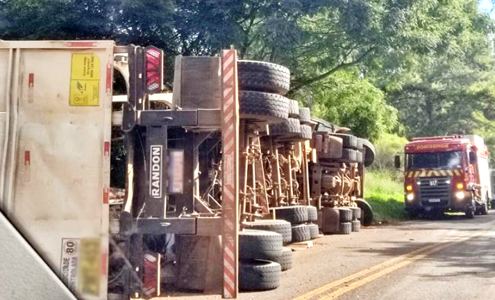 Caminhão carregado com madeira tomba na PR-456 em Santa Maria do Oeste
