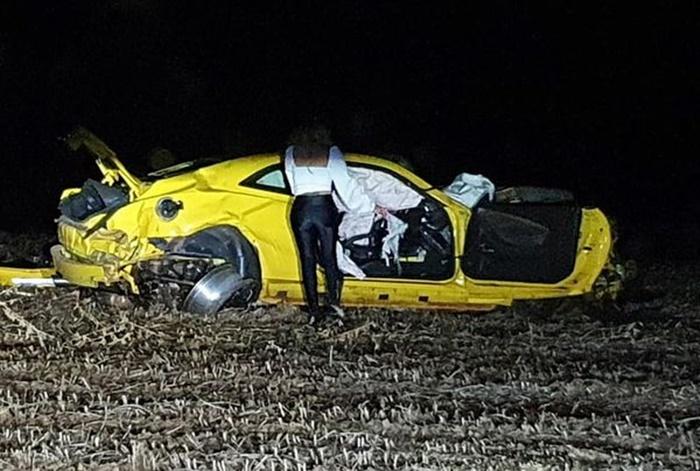 Camaro amarelo capota e fica totalmente destruído em Entre Rios
