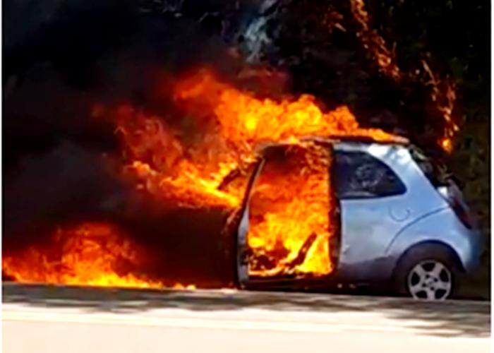 Veículo Ford – KA pega fogo na Rodovia PRC-466 na saída de Pitanga para Manoel Ribas