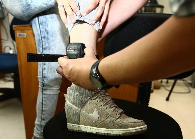 Por negligência e falhas em equipamentos, TCE-PR suspende contrato de tornozeleiras