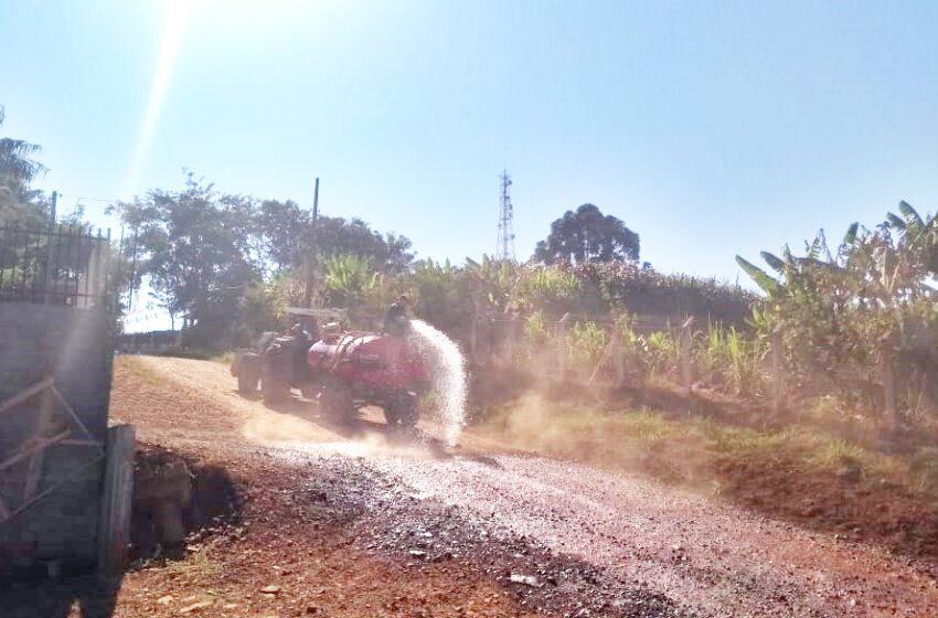 Acontece em Nova Tebas – Moradores tentam amenizar um pouco do caos gerado pela poeira na entrada da cidade