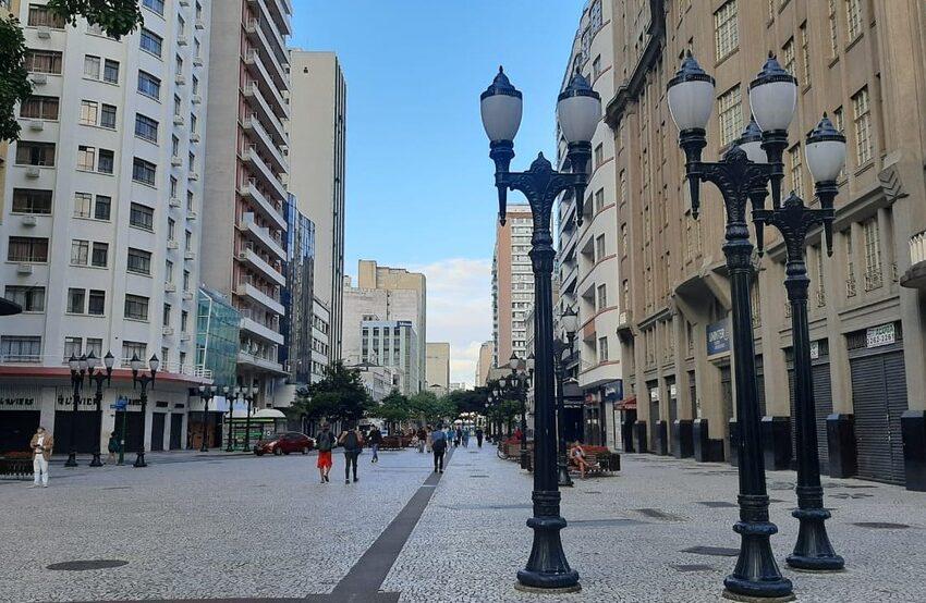 Covid-19: Governo antecipa toque de recolher e fecha atividades não essenciais aos domingos no Paraná