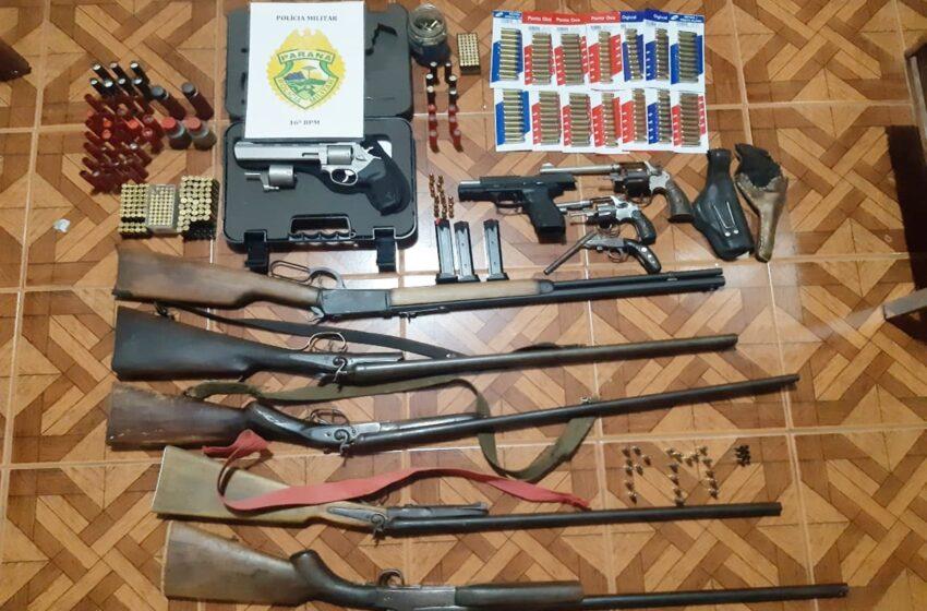 10 armas de fogo e munições foram apreendidas pela PM no interior de Laranjal. O preso de 40 anos disse que era colecionador