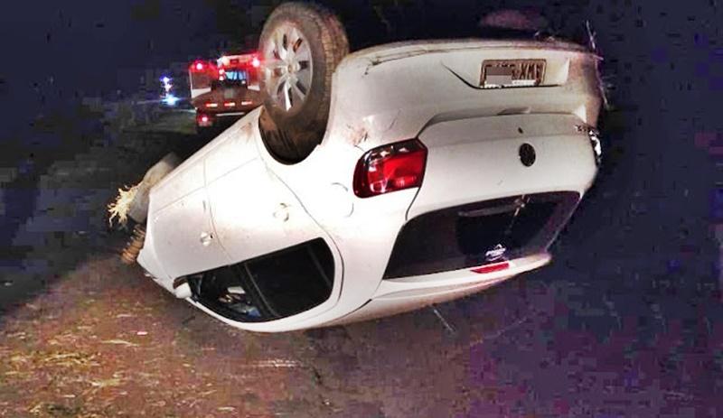Veículo Gol capota na Rodovia PRC-466 no início da madrugada e deixa uma pessoa ferida