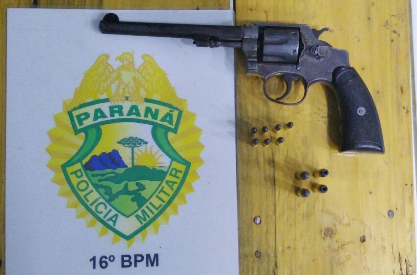Preso portando uma arma de fogo em Goioxim. Homem de 26 anos que estava de moto e sem habilitação