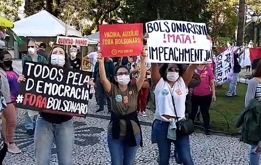 Cidades do Paraná têm manifestações contra o presidente Bolsonaro e a favor da vacina contra a Covid