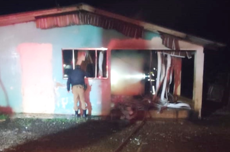 Mulher teve sua casa incendiada em Pitanga por um rapaz que fugiu com a chegada da PM