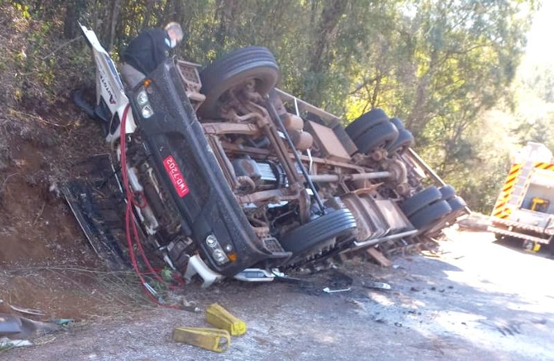 Veículo tomba após se envolver em acidente na Rodovia PRC-466 em Pitanga
