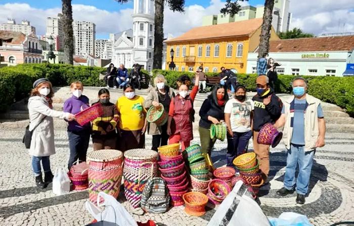 Kaingangs de Nova Laranjeiras que dormiam na rua em Curitiba, voltam para Terra Indígena após ONG comprar estoque de artesanato