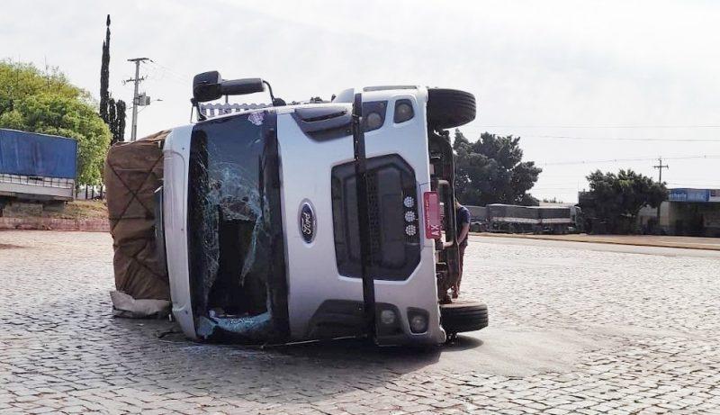 Caminhão de Santa Maria do Oeste tombou sozinho no pátio de um posto em Jardim Alegre