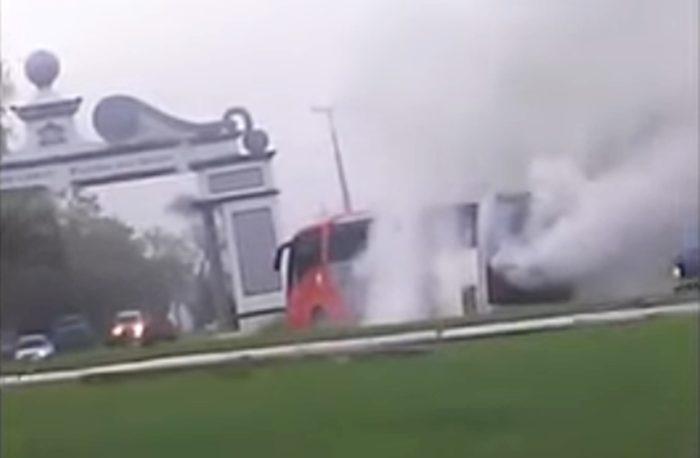 Ônibus da Saúde de Cândido de Abreu pega fogo no trevo da cidade